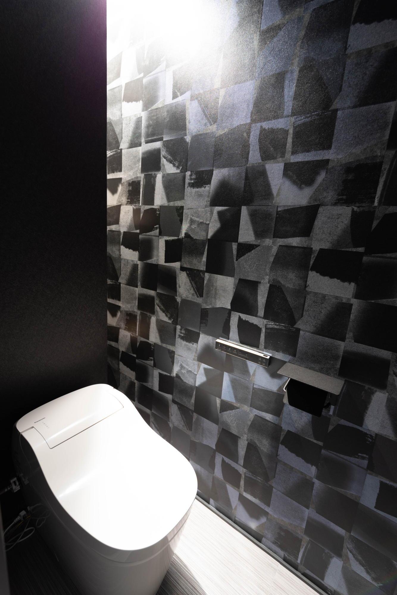 ブラックコーディネートの家 トイレ