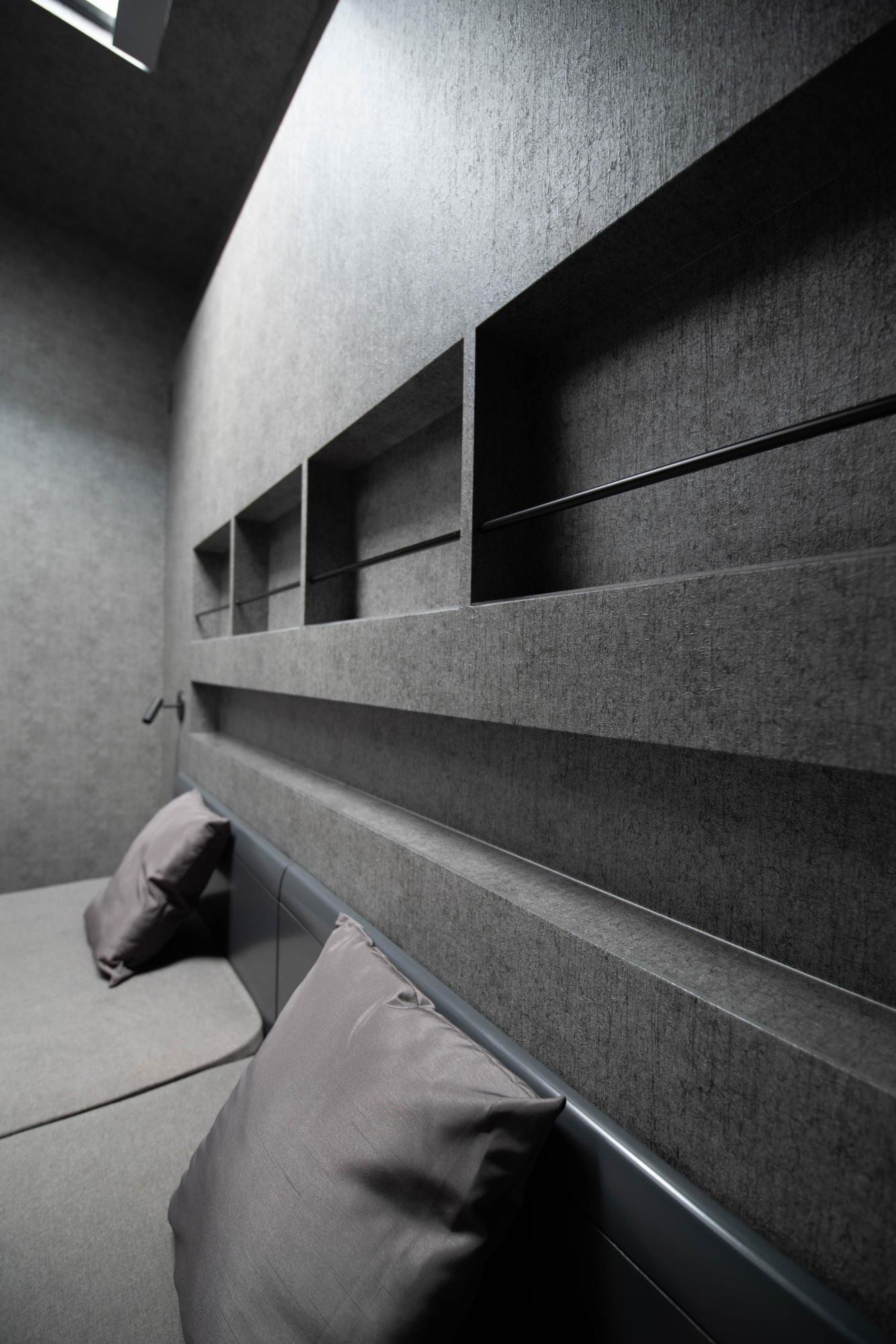 ブラックコーディネートの家 ベッドヘッド ニッチ