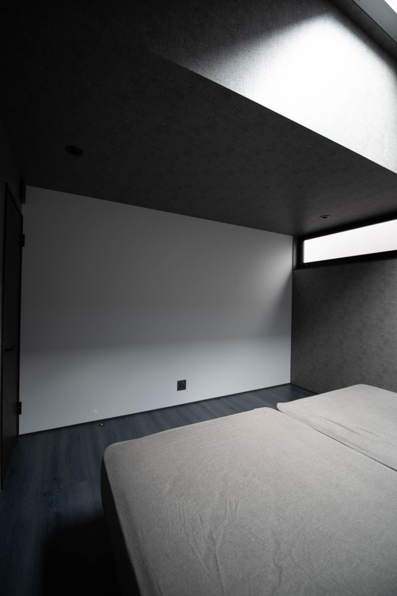 ブラックコーディネートの家 スクリーン壁