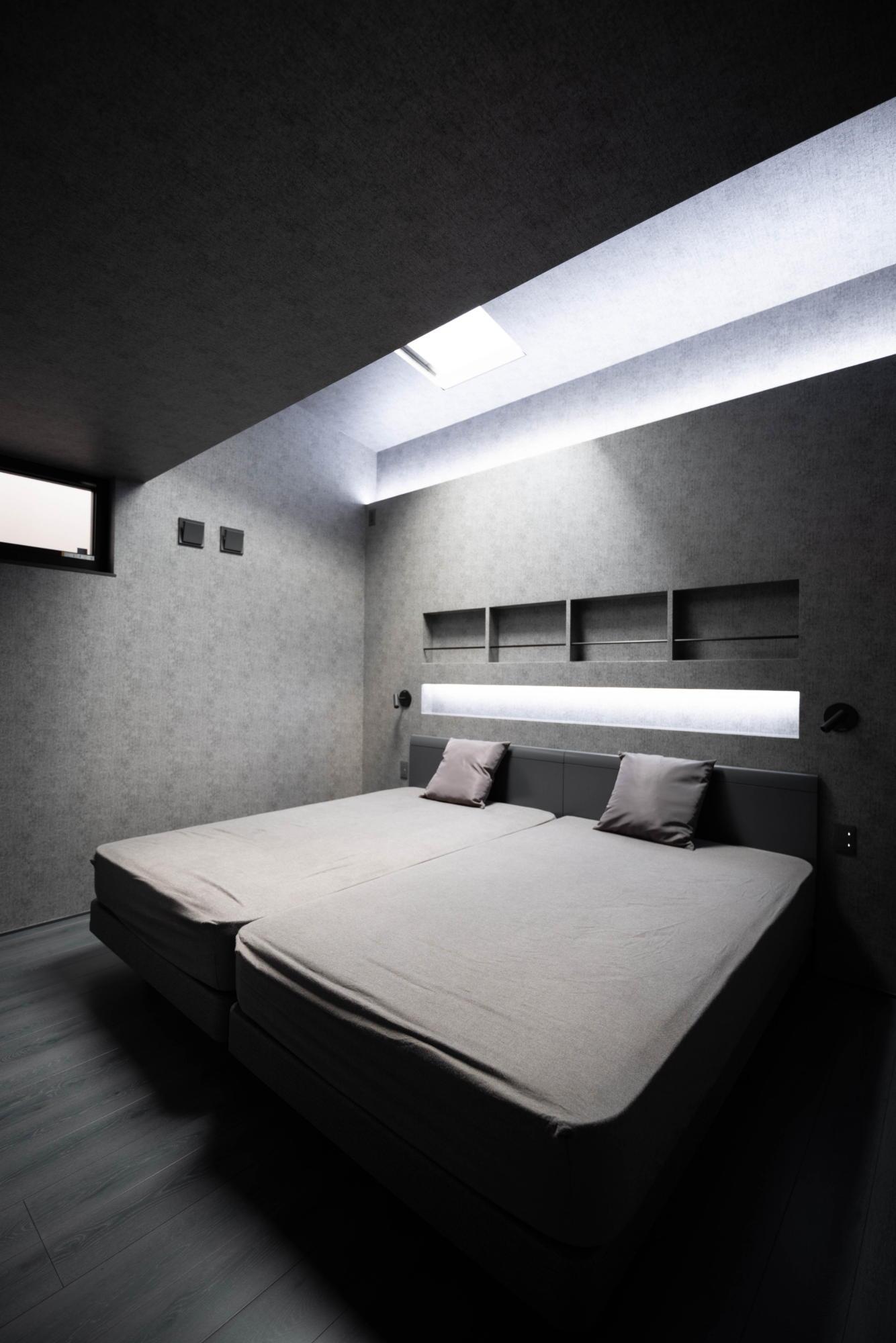 ブラックコーディネートの家 寝室 間接照明