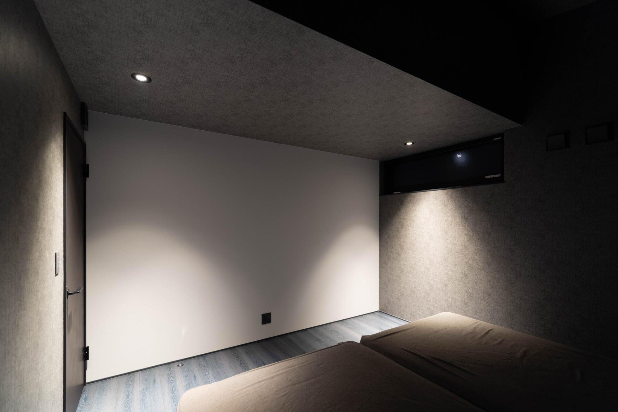ブラックコーディネートの家 寝室 照明