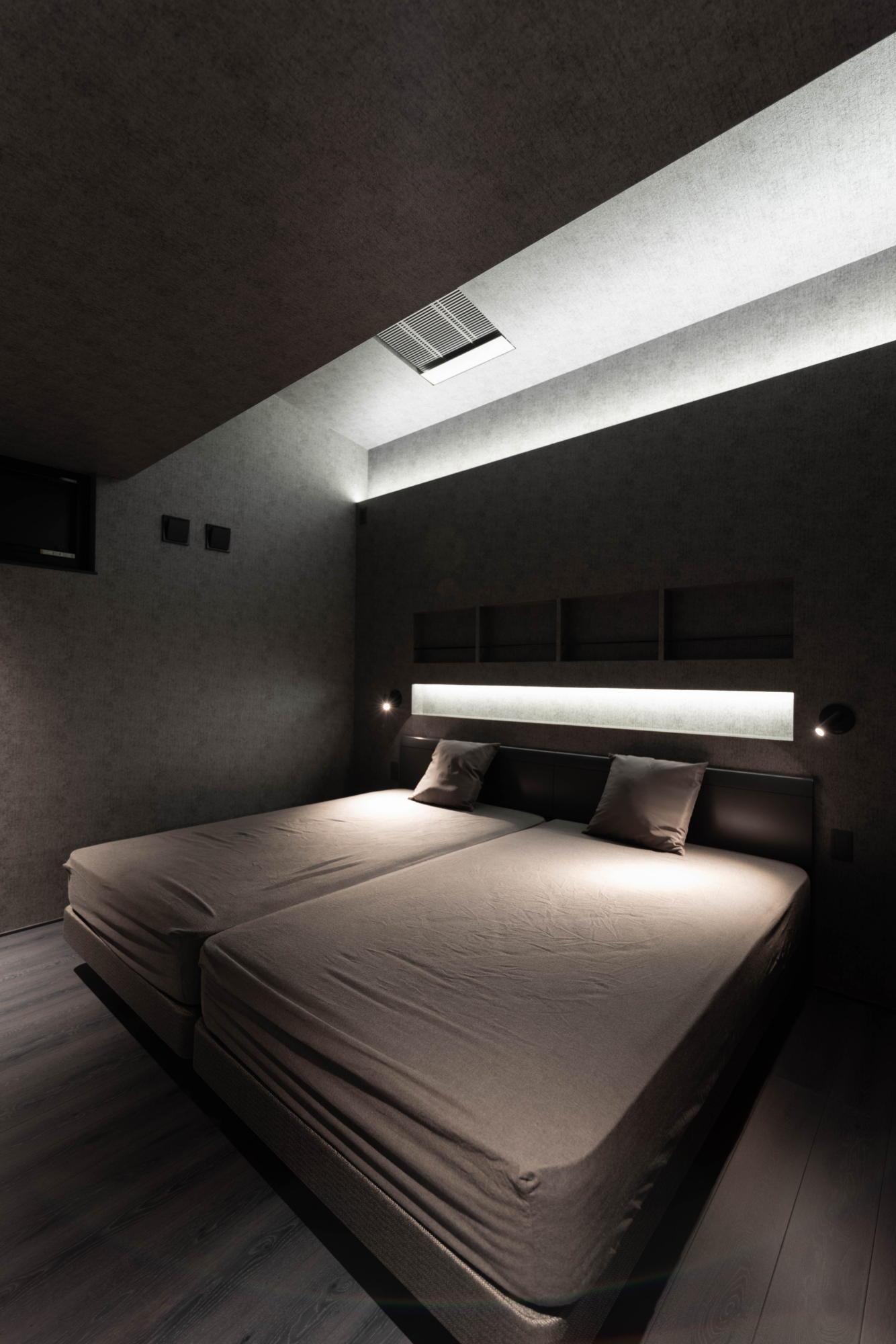 ブラックコーディネートの家 寝室 夜