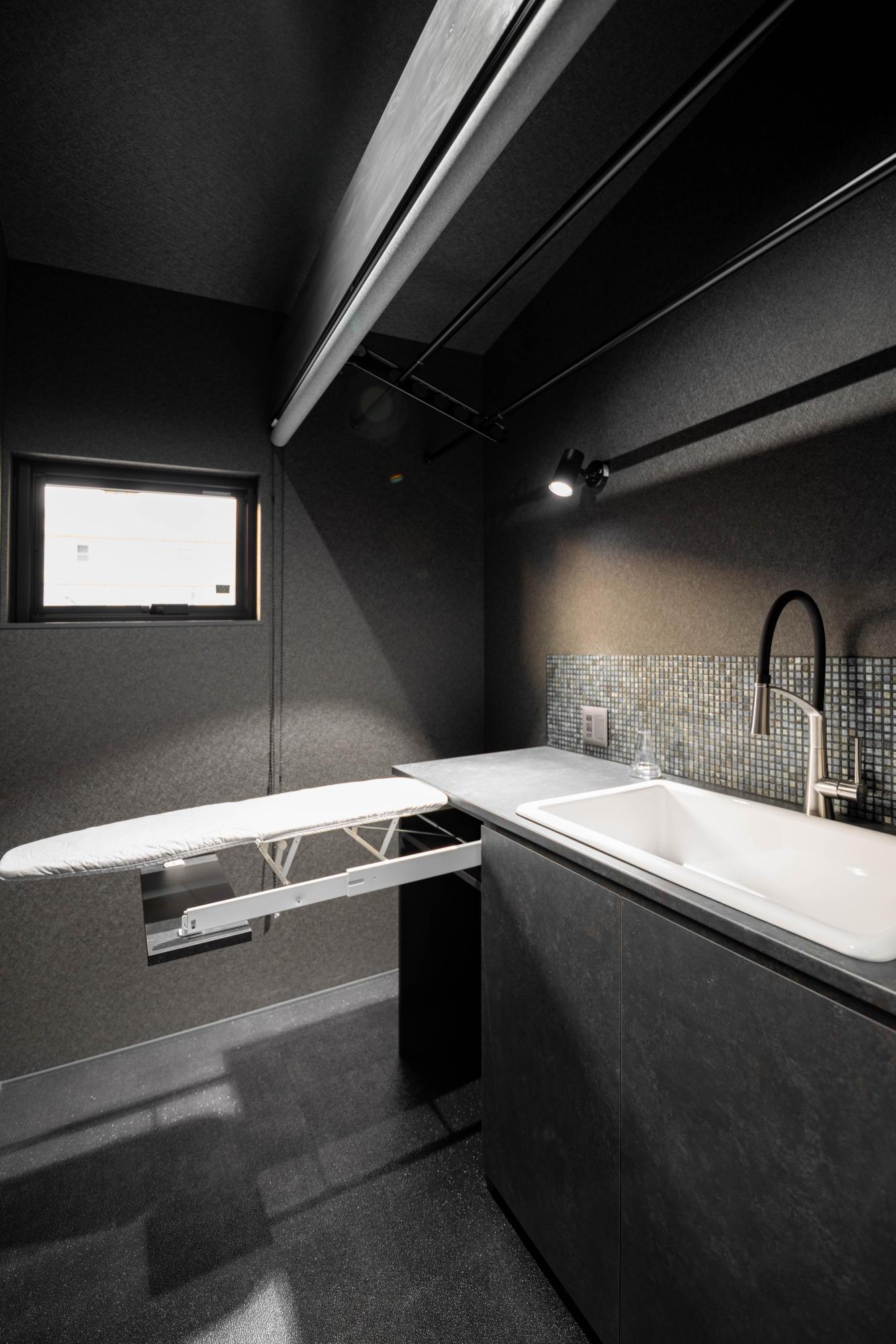ブラックコーディネートの家 収納アイロン台
