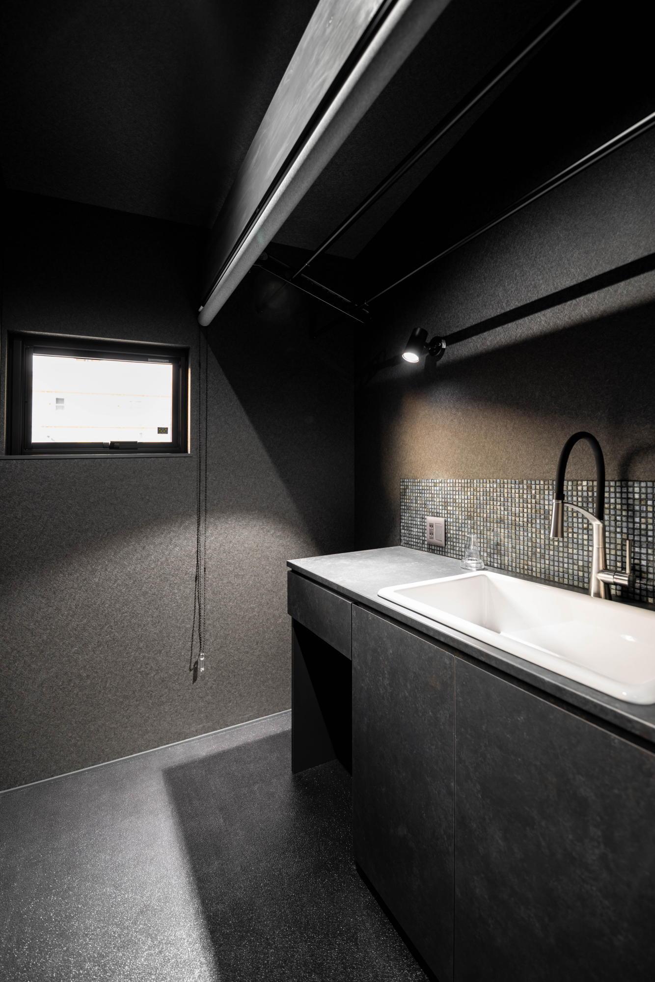 ブラックコーディネートの家 2階洗濯コーナー