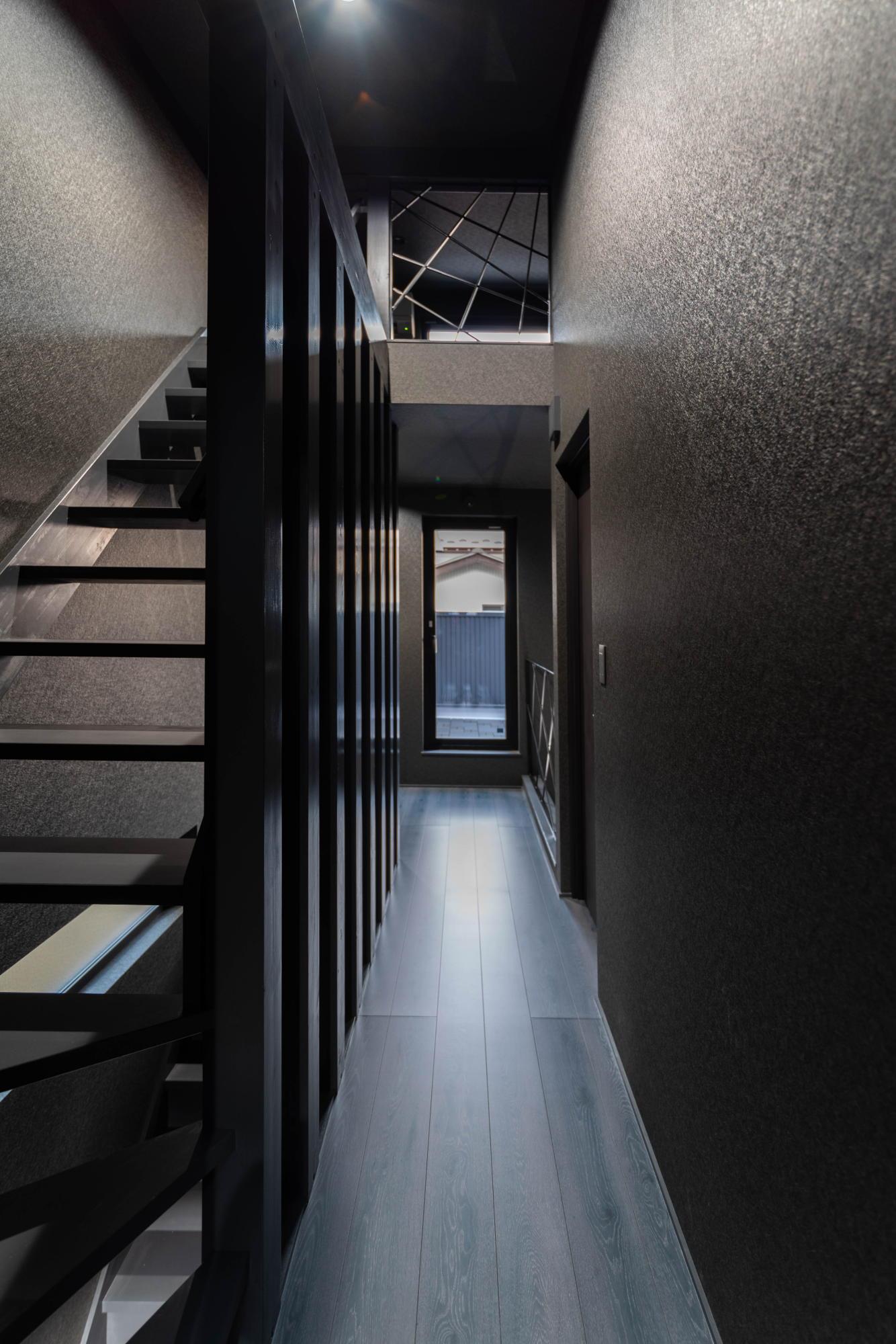 ブラックコーディネートの家 2階ホール