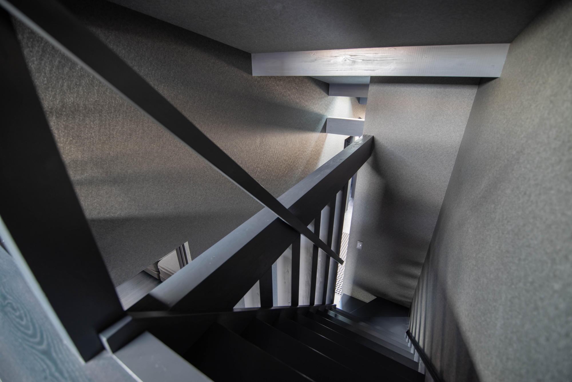 ブラックコーディネートの家 ロフト階段